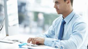 L'usage abusif d'internet au travail à des fins personnelles peut être considéré comme une faute grave et un motif de licenciement de la part de l'employeur.