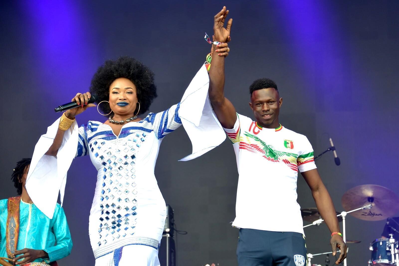 Dimanche 3 juin, lors du festival We love Green à Vincennes, la chanteuse malienne Oumou Sangaré a invité Mamadou Gassama, qui a sauvé un enfant en escaladant un immeuble, à la rejoindre sur scène, pour le féliciter de son acte de bravoure.