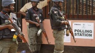 La police nigériane a annoncé avoir ouvert une enquête, après l'enlèvement d'Ado Dahiru Daukaka, un chanteur populaire dans le nord du pays. Ici, des policiers nigérians. (Photo d'illustration)