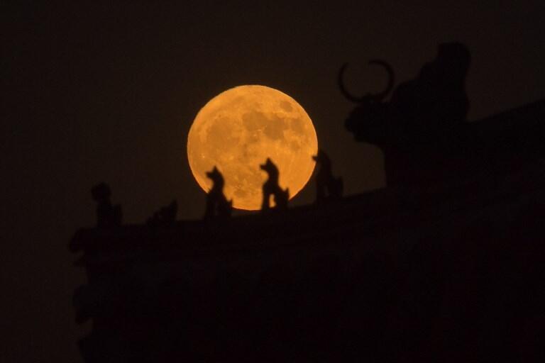 Ảnh minh họa : Mặt trăng nhìn từ Cấm Thành, Bắc Kinh, 14/11/2016.