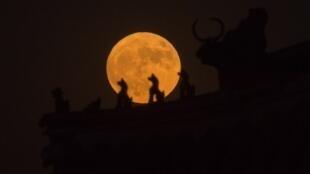 La Lune vue de la Cité interdite à Pékin, le 14 novembre 2016.