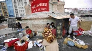 Jovens manifestantes passaram mais uma noite acampados na praça Taksim, em Istambul.
