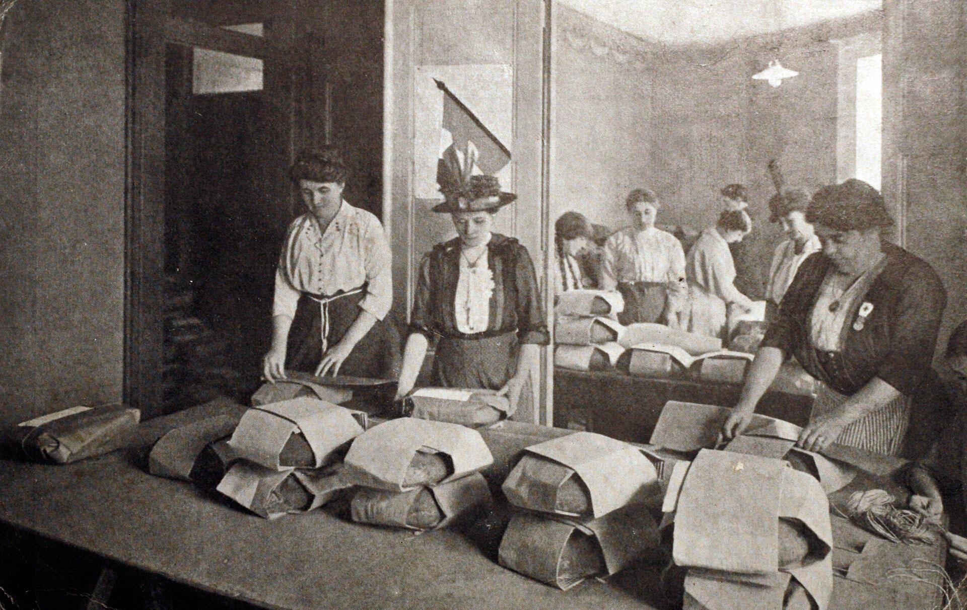 Mulheres trabalham em linha de produção na França durante a Primeira Guerra Mundial.