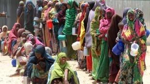 Mujeres esperando recibir alimentos en Hodan, cerca a Mogadiscio.