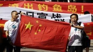 中国民间保钓人士2012年8月15日日本战败日在日本驻华使馆门前示威。