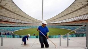 Obreros limpian el estadio Moses Mabhida de Durban, construido para el mundial 2010.