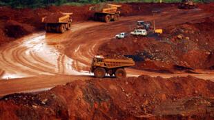 Les camions transportent du minerai de nickel brut à proximité de Sorowako, en Indonésie, le 8 janvier 2017.