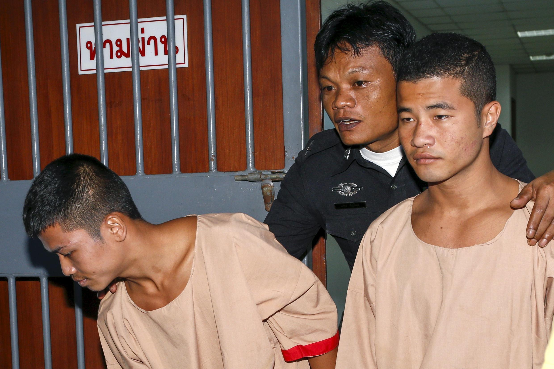 Hai di dân Miến Điện Zaw Lin (T) và Win Zaw Htun (P) sau phiên tòa ở tỉnh Koh Samui, Thái Lan, ngày 24/12/2015