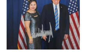 辛迪-楊與美國總統特朗普的合影