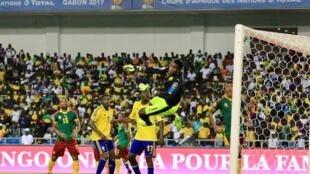 Kipa wa Cameroon Ebogo Ondoa akipangua shuti la mpira wa faulo uliopigwa na mchezaji wa Gabon. Januari 22, 2017