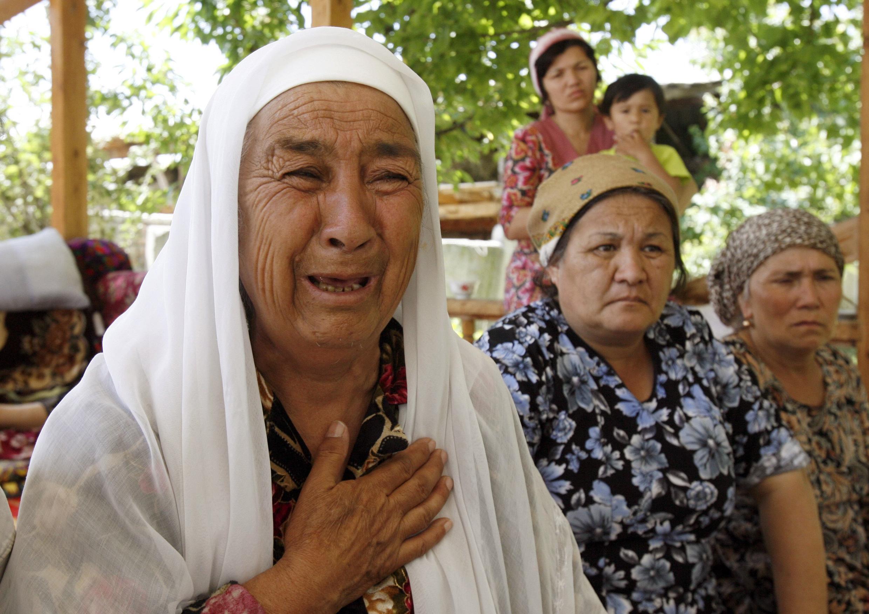 Жители узбекского квартала города Ош 20 июня 2010