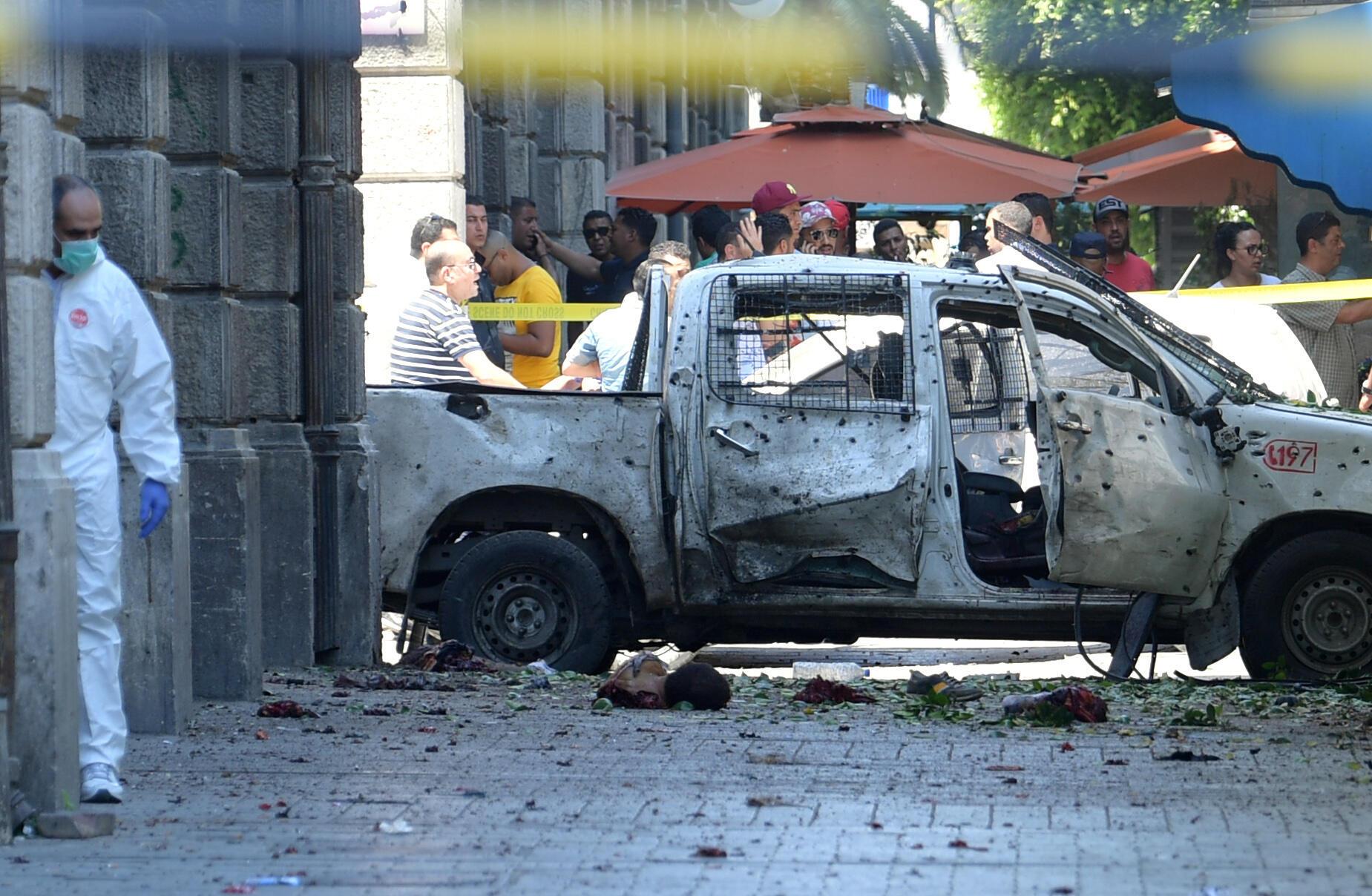 Une voiture criblée de balles et en partie calcinée dans le centre de Tunis, ce jeudi 27 juin 2019.