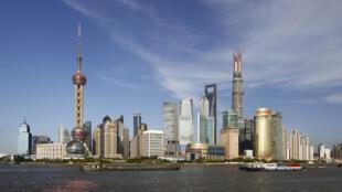 Shanghai. Au moment où l'économie montre des premiers signes d'embellie, l'abaissement de la note de Aa3 à A1 ne devrait rien arranger.
