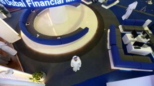 Un investisseur regarde l'écran du marché financier international de Dubaï à Dubaï, Émirats arabes unis le 9 mars 2020.