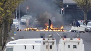 Una barricada de objetos incendiados por unionistas corta una calle al oeste de Belfast, el 19 de abril de 2021 en la capital norirlandesa