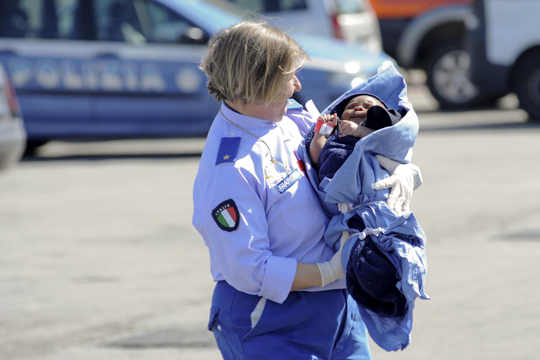 Этому ребенку, как и еще 2000 мигрантам,  удалось спастись во время кораблекуршения у берегов Ливии.