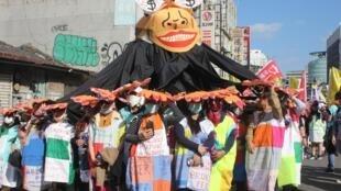 Des travailleurs immigrés, originaires pour la majorité d'Asie du Sud-Est, ont manifesté dimanche 8 décembre contre leurs conditions de vie et de travail à Taïwan.