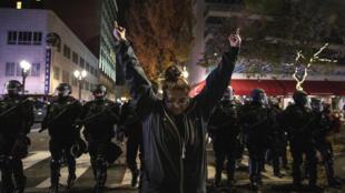 Polícia intervém em protestos em Portland, onnde dez pessoas foram presas