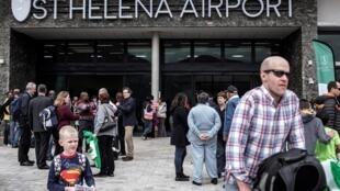 Des passagers à l'entrée de l'aéroport de l'île de Sainte-Hélène.
