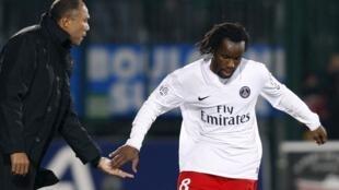 L'attaquant du PSG, Péguy Luyindula, et son entraîneur, Antoine Kombouaré.