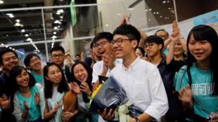 Lãnh tụ sinh viên Hoàng Chi Phong (G) và các bạn chúc mừng La Quán Thông (thứ 2 từ phải) đắc cử vào Hội đồng lập pháp Hồng Kông, ngày 05/09/2016.
