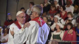 Papa Francisco e o Secretário-Geral da Federação Luterana Mundial Martin Junge durante a comemoração ecuménica comum em Lund, na Suécia. 31 de Outubro de 2016.