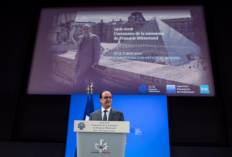 Le président François Hollande lors de son discours pour les 100 ans de la naissance de François Mitterrand, le 26 octobre 2016, au musée du Louvre à Paris.