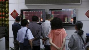 Các nhà đầu tư Trung Quốc lo lắng nhìn các chỉ số chứng khoán ở thị trường Thượng Hải tiếp tục sụt giảm ngày 07/07/2015.