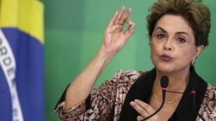 Tổng thống Brazil, bà Dilma Rousseff, trong buổi họp báo ngày 19/04/2016.