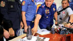 Cảnh sát trưởng Philippines Ronald Dela Rosa giải thích về thiết bị gây nổ tìm được gần đại sứ quán Mỹ tại Manila, ngày 28/11/2016.