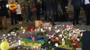 Este 22 de marzo a la noche, una vigilia en la Plaza de la Bolsa de Bruselas congregó a cientos de personas.