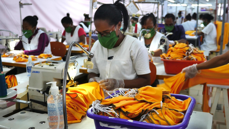 Fabrication de masques de protection dans une usine spécialisée dans la confection de vêtements pour les maisons internationales de haute couture.