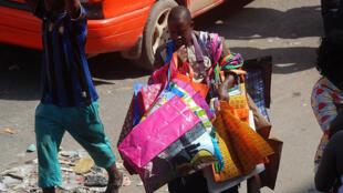 Un vendeur de sacs plastiques, ici à Abidjan en Côte d'Ivoire (image d'illustration).