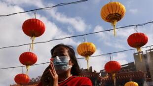 2021春节期间香港一名祈愿的女子