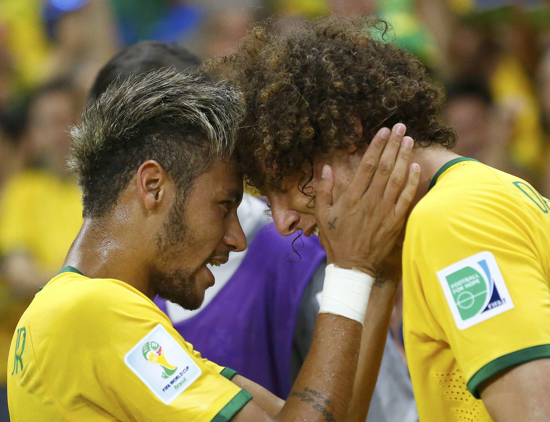David Luiz a felicitar Neymar, o jogador decisivo desse apuramento para meias finais.
