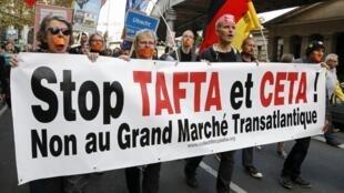 Manifestación en París contre los acuerdos TAFTA y CETA: 'No al Gran Mercado Transatlántico'.