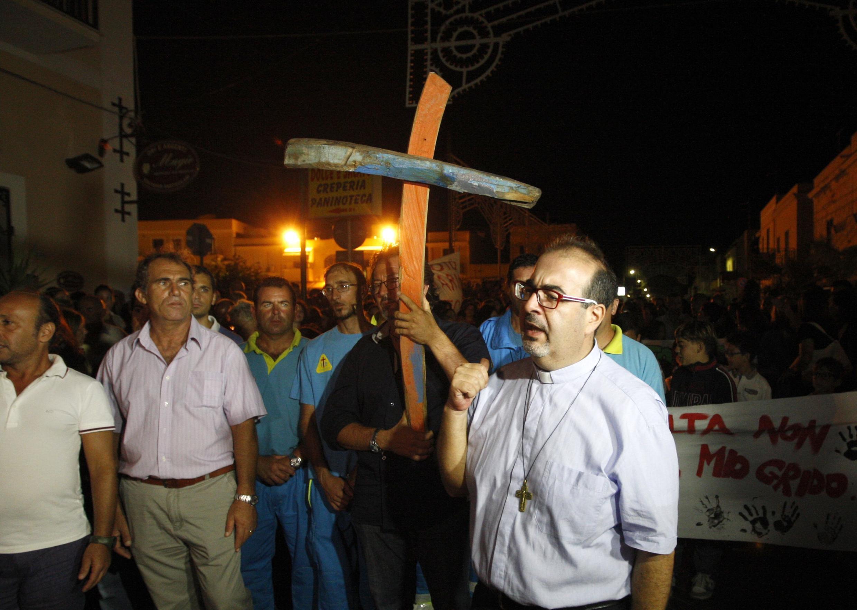 Lampedusa: procession des habitants de l'île en mémoire des morts du naufrage.