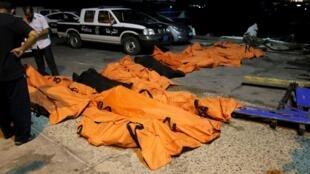 Corpos resgatados no litoral da Líbia.