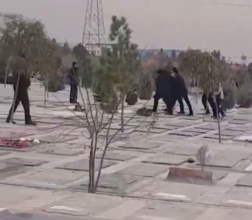 نیروهای امنیتی جمهوری اسلامی ایران، درحال بازداشت شرکتکنندگان در مراسم چهلم پویا بختیاری در گورستان بهشت سکینه کرج. پنجشنبه ۵ دی/ ٢۶ دسامبر ٢٠۱٩