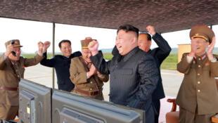 Ким Чен Ын со своими генералами празднует запуск очередной ракеты, 16 сентября 2017.
