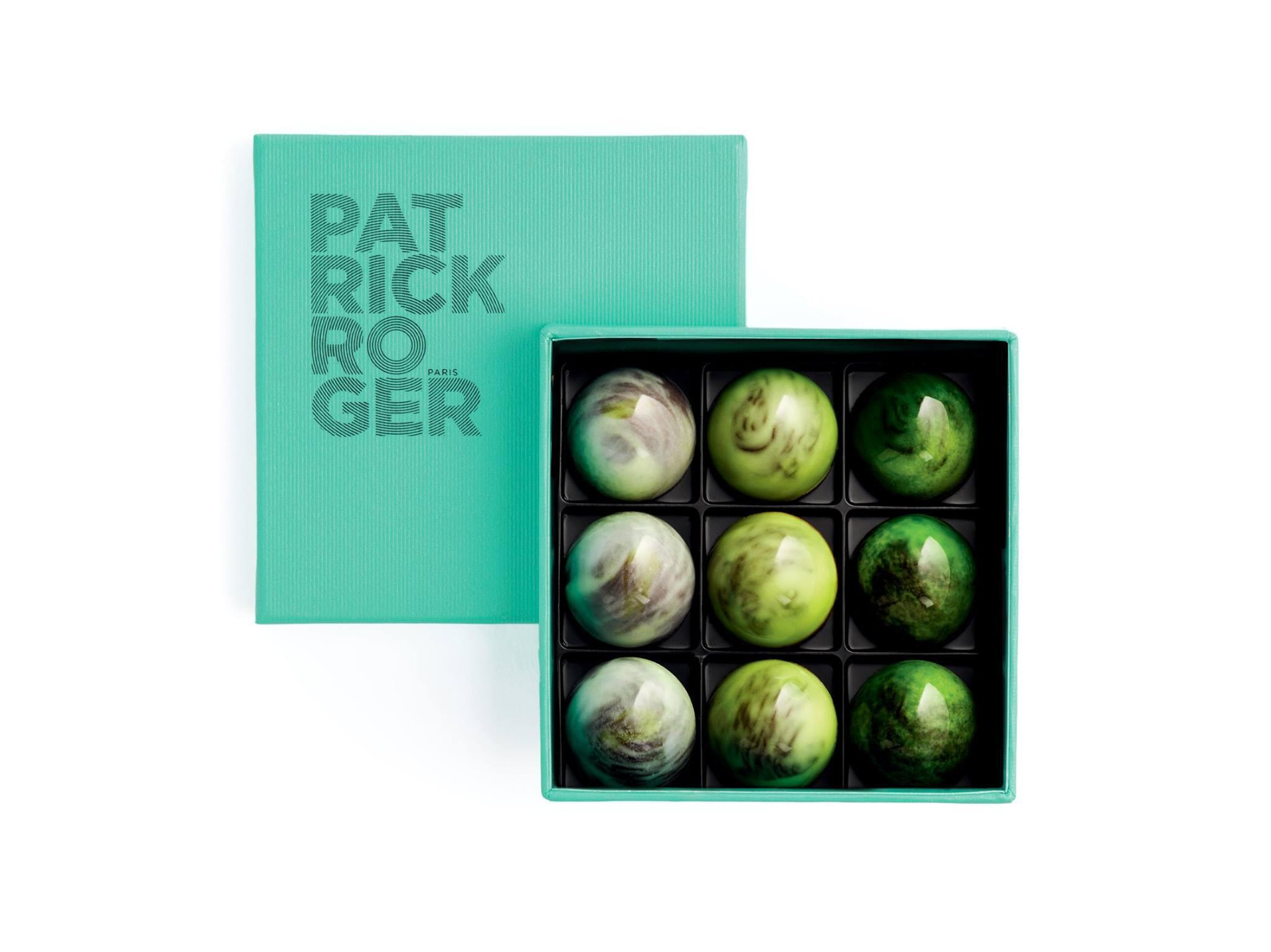 """""""Amazone"""", viên kẹo hình bán nguyệt có mầu xanh như ngọc, dấu ấn của Patrick Roger."""