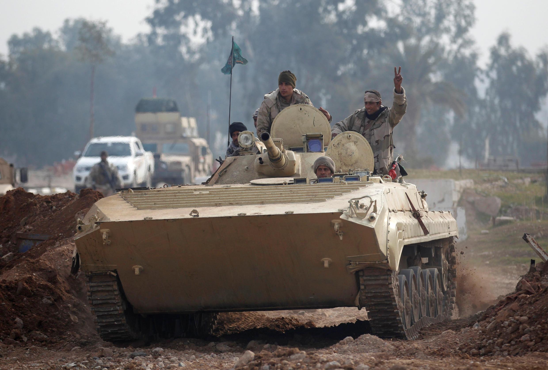 Des soldats irakiens sur un tank, le 21 janvier 2017, pendant les combats contre le groupe Etat islamique, dans le nord de Mossoul.