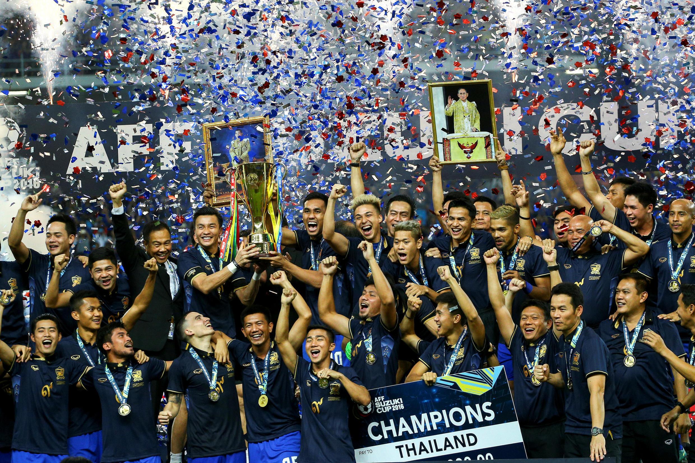 Đội tuyển Thái Lan nhận chiếc cúp vàng thứ 5 bóng đá Đông Nam Á, ngày 17/12/2016, sau chiến thắng trước Indonesia trên sân vận động Rajamangala, Bangkok.