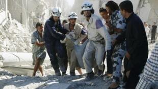 Imagen de Alepo el 20 de septiembre 2014,  Cascos Blancos socorriendo a civiles después de un bombardeo.