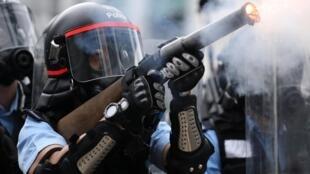 香港警方12日动用橡胶弹催泪弹镇压示威民众