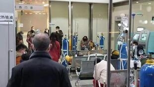 武汉定点医院一床难求,患者用衣柜隔离。