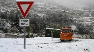 A quantidade de neve que caiu na região sudeste da França deixou pelo menos 330 mil casas sem eletricidade