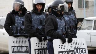 Des forces de sécurité kazakhes en faction dans la ville de Janaozen, le 17 décembre 2011.