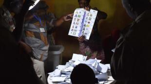 Des employés procédant au dépouillement des votes dans un bureau de vote à Ndjamena, le 10 avril 2016.