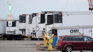 Các xe đông lạnh được sử dụng làm nhà xác tạm thời cho nạn nhân của Covid-19 Brooklyn, thành phố New York, Mỹ ngày 04/05/2020.